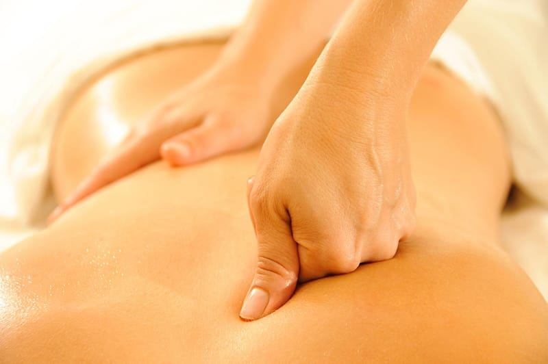 Pressions i massatge sobre la musculatura profunda per alliberar tensions amb càrrega emocional