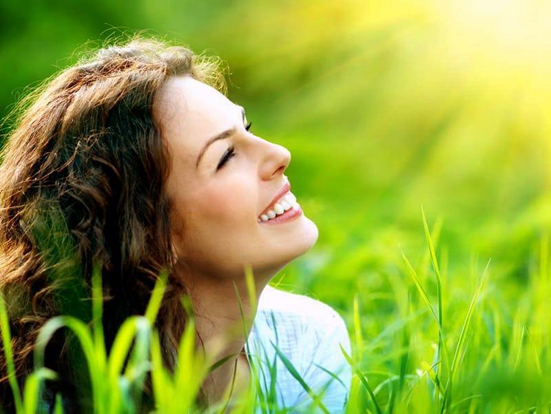El sol activa la melanina per a fer la fotosíntesi humana.